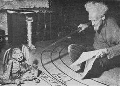 Gerald Gardner conjurando uma criatura.
