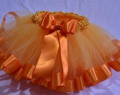 Saia Tutu Laranja Girls Tulle Skirt, Tulle Tutu, Flower Girl Dresses, Baby Tutu Tutorial, Tutu Bailarina, Baby Girl Hair Accessories, Baby Skirt, Neckline Designs, Baby Dress Patterns