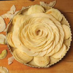 "Finally, she fills empty spaces between the outer ""petals"" with rows of overlapping slices cut to fit snugly into the gaps Fun Desserts, Dessert Recipes, French Apple Tart, Oh Fudge, Cupcakes, Fruit Tart, Fall Baking, French Pastries, Sweet Tarts"