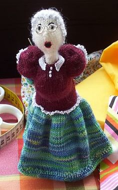 There has to be a way to make this by way of a cloth doll .-) pattern by gitwerg Pincushion via ravelry by gitwerg 25 g sock yarn for the body and 20 g for both the upper part of the dress and the skirt. Saw it on face book Crochet Gifts, Crochet Dolls, Crochet Yarn, Christmas Knitting Patterns, Crochet Patterns, Pincushion Patterns, Yarn Sizes, Cascade Yarn, Craft Ideas
