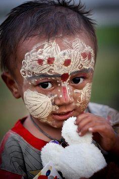 Un enfant maquillé avec du than aka sur le pont de U-Bien dans la région de Mandalay, Birmanie Mandalay, Bay Of Bengal, Child Face, Burmese, People Of The World, The Republic, World Cultures, Southeast Asia, Children