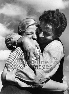 Liebe ullstein bild - ullstein bild/Timeline Images #1937 #Liebe #Love #Liebespaar #Liebespaare #Couple #Couples #Valentinstag #Umarmung
