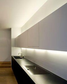Az újabb lakberendezési stílusok gyakrabban használják az indirekt fényeket, ez azt jelenti, hogy közvetlenül a fény forrását nem látjuk, csak a kiszűrődő, visszavert fényt. A felsőszekrény alján és tetején egy nútot martak, amelybe led csíkot fektettek.