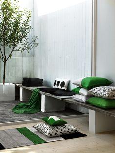 bianco totale spezzato dal verde e nero del tessile, fine ed elegante