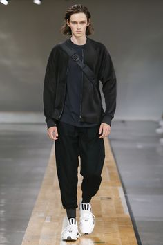 See the complete Y-3 Spring 2018 Menswear collection.