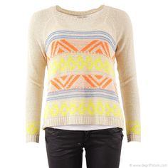 Pull beige femme Amy Lou - Dégriff'Stock Mesdames, vous recherchez le joli petit pull facile à assortir et toujours tendance ? Le voilà proposé par Amy Lou. Très léger à porter, il sera idéal pour les beaux jours.Son originalité : son motif tricolore sur l'avant, orange, jaune et bleu. Le reste du vêtement est uni beige. Sortez votre dernier jeans à la mode et adoptez le total look décontracté !
