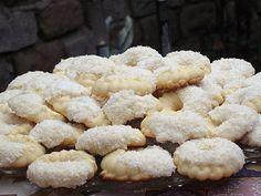 1.Se amesteca untul aflat la temperatura camerei cu zaharul turnat treptat,esenta,oul si galbenusurile adaugate cate unul. 2.Se amesteca faina cu amidonul si apoi se incorporeaza in aluat.Aluatul se pune intr-o tava neunsa ... Romanian Desserts, Romanian Food, Macarons, Biscuits, Food And Drink, Sweets, Cookies, Home, Dessert
