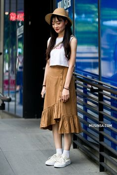 41 Elegant Street Styles Skirts Ideas - TILEPENDANT Zara is the latest fashion brand name hitting the streets with a bang. People everywhere are falling in love with … Fashion Male, Korea Fashion, Fashion Kids, Girl Fashion, Fashion Outfits, Fashion Trends, Denim Skirt Outfits, Casual Outfits, Summer Outfits