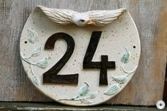 hausnummer Projects For Kids, Crafts For Kids, Ceramic House Numbers, Snowflake Craft, Ceramic Houses, Pottery Classes, Slab Pottery, Clay Animals, Pottery Painting