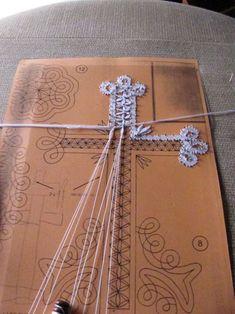Archivio album Needle Lace, Needle And Thread, Bobbin Lace Patterns, Crochet Bookmarks, Lace Making, Textile Art, Embellishments, Weaving, Album