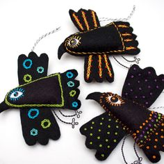 Mexican Folk Art Felt Raven ornament handstiched by RawBoneStudio (scarf pendants idea ---- licitarsca srca mi sad padaju na pamet ! Fabric Art, Fabric Crafts, Felt Birds, Felt Owls, Art Textile, Wool Applique, Mexican Folk Art, Fabric Jewelry, Felt Art