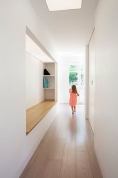 How the hall design becomes modern and functional through a bench - ideas diy hallway ideas ideas narrow ideas creative House Hall Design, Design Hall, Flur Design, Modern Hallway, Entry Hallway, Entry Stairs, Halls, Sliding Door Design, Hallway Designs
