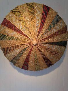 Pare-ārai (parasol) Harakeke (NZ Flax) Wood/ Metallic Tape. Nā Mande Rongomaiwahine Flax Weaving, Basket Weaving, Maori Designs, Nz Art, Weaving Patterns, Wall Hanger, Knitting Stitches, Umbrellas, Wearable Art