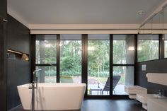 Open badkamer in bosrijke omgeving