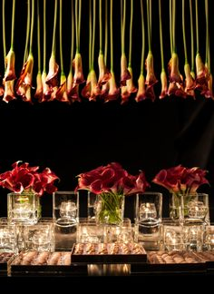 I bet hanging flowers makes the room smell wonderful ☺️ Buffet Dessert, Candy Buffet Tables, Dessert Tables, Minimalist Wedding Decor, Luxury Wedding Decor, Jeff Leatham, Green Centerpieces, Modern Wedding Flowers, Wedding Decorations