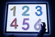 Rellenando números en la mesa de luz Sensory Table, Light Table, Preschool, Activities, Fine Motor, Mesas De Luz, Montessori Activities, Educational Toys, Sensory Lights