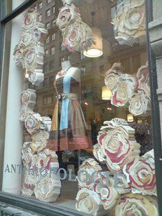 Window displays for retail stores wedding window display Visual Display, Display Design, Store Design, Bag Display, Visual Merchandising, Anthropologie Display, Wedding Window, Store Window Displays, Display Windows