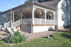 OMG this porch would make me smile everyday Porch Veranda, Enclosed Porches, Porch Garden, Swedish House, House Inside, Outdoor Living, Outdoor Decor, Pergola Patio, Front Porch