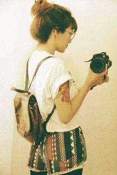 On atteint ici un équilibre parfait entre la chemise blanche hyper basique et les détails plus originaux comme le tatouage, le sac à dos légèrement patiné et la jupe à motifs ethniques  #mode #femme #feminine #style #inspiration #blog #tenue #womenswear #fashion #summer