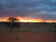 Nach staubigem Tag gibt es tolle Sonnenuntergänge, z.B. in der Kalahari und auch in den folgenden Destinationen.