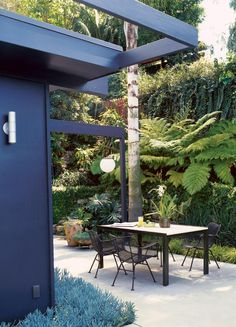 Graphic designer George Mimnaugh restored this 1953 Rodney Walker house in Los Angeles. @Garden Design