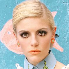 She rocks the Twiggy eyes perfectly! Love this look for Halloween, or even a funky night out! Mod Makeup, 1960s Makeup, Twiggy Makeup, Pin Up Makeup, Retro Makeup, Vintage Makeup, Makeup Looks, Hair Makeup, Sixties Makeup