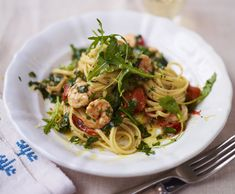 Try this Sizzling Hot Prawn and Spinach Linguine recipe by Chef Jamie Oliver. Linguine Recipes, Prawn Recipes, Best Pasta Recipes, Seafood Recipes, Dinner Recipes, Cooking Recipes, Healthy Recipes, Savoury Recipes, Seafood Pasta