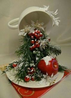 Cup crafts Christmas decorations with ornaments spilled from cups Beautiful Christmas Decorations, Christmas Centerpieces, Noel Christmas, Christmas Wreaths, Christmas Ornaments, Christmas Projects, Handmade Christmas, Floating Tea Cup, Teacup Crafts