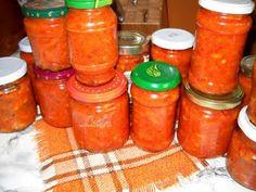 Ingrediente : 3 kg ceapa 3 kg gogosari 1 kg fasole boabe alba 1 l ulei 750 ml bulion sare grunjoasa piper , 2 foi de dafin Preparare : Fasolea o punem cu o seara inainte in apa rece. A doua zi o punem la fiert in apa cu sare. In acest timp ne ocupam … My Favorite Food, Favorite Recipes, Romanian Food, Romanian Recipes, Canning Pickles, Canning Recipes, Hot Sauce Bottles, Celery, Salsa