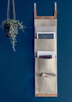 Estante suspensa - Bolsos de algodão compõem o revisteiro (27 cm x 1 m) da…