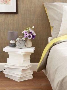 Clever DIY idea: Make bedside table from old books- Clevere DIY-Idee: Nachttisch aus alten Büchern basteln This DIY idea is really awesome! Upcycled Home Decor, Diy Home Decor, Room Decor, My New Room, My Room, Unique Bedside Tables, Bedside Desk, Diy Nightstand, Creation Deco
