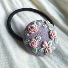 Embroidery Flowers Pattern, Embroidery Works, Flower Patterns, Embroidery Stitches, Hand Embroidery, Brooches Handmade, Craft Fairs, Fabric Flowers, Hand Stitching