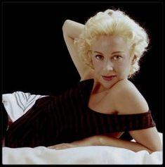 """Quand les contemporaines de Marilyn jouent les imitatrices... (de haut en bas) / Diana DORS (Promue dans les années 1950 comme la """"Marilyn MONROE britannique"""", la pulpeuse Diana DORS avait, en réalité, commencé sa carrière bien avant Miss MONROE. Fille d'un employé de chemin de fer, Diana tourna des films dès l'âge de 15 ans - ce qui nous amène en 1947.) / Jayne MANSFIELD ( En 1956, elle signe un contrat de sept ans avec la Twentieth Century-Fox qui veut ainsi remplacer Marilyn qui s'est…"""