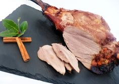 Discover the recipe Roasted wild boar breast in pictures! Game and pl … - Recipes Easy & Healthy Easy Healthy Recipes, Easy Meals, Belgium Food, Wild Boar, Grand Chef, Barbecue, Steak, Roast, Menu