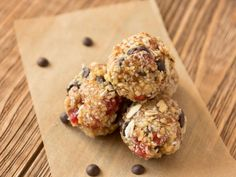Kekse mit Superfoods sind in diesem Jahr die heimlichen Gewinner auf dem Plätzchenteller. Sie sind kalorienarm und enthalten wenig Zucker. Gojibeeren und Maulbeeren verleihen den Low Carb Plätzchen dabei einen süß-fruchtigen Geschmack. Mit diesenLow Carb Superfood Keksen werdet ihr mit Sicherheit punkten!