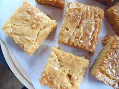 The best White Chocolate Blondies; soft, fudgy, and ridiculously white-chocolatey blondies with a gorgeous flaky top and melting white chocolate chips! Best White Chocolate, White Chocolate Blondies, Melting White Chocolate, White Chocolate Chips, Cheese Toasties, Blondie Bar, Blondie Brownies, Best Cheese, Vegan Treats