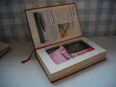 How to make a book clutch/book with secret compartment. Book Clutch, Diy Clutch, Clutch Bag, Tote Bag, Clutch Tutorial, Diy Tutorial, Diy Old Books, Book Safe, How To Make Purses