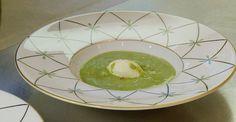La recette du chef Guy Martin : Poireau bleu de Solaize en fin veloutée, voile d'oignon doux à la noix de muscade pour 4 personnes.
