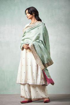 Good Earth – Stylish Sustainable Luxury Retail | Goodearth.in Pakistani Designer Suits, Pakistani Dress Design, Pakistani Outfits, Indian Designer Wear, Stitch Fix Outfits, Ethnic Outfits, Indian Outfits, Indian Attire, Indian Wear