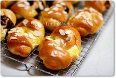 Roti Manis NCC empukk,resep resep bisa u/ roti+isian ^. Roti Bread, Bread Bun, Bread Cake, Cream Cheese Breakfast, Breakfast Pancakes, Bakery Recipes, Cooking Recipes, Bread Recipes, Sweet Buns