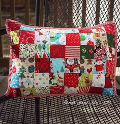 Christmas Pillow Case : Christmas Pillow Case Might be a good beginner quilting project for me. Christmas Quilting Projects, Christmas Patchwork, Christmas Sewing, Christmas Fabric, Christmas Crafts, Christmas Pillow Cases, Christmas Cushions, Patchwork Quilt Patterns, Patchwork Pillow