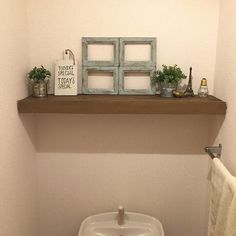 *トイレ  昨日夜な夜な作ってたトイレの飾り棚。  キッチンカウンター作った時の端材がちょうどサイズぴったりやった💡 つっぱり棒2本付けてその上にL字に組んだ板乗せてるだけ(・∀・) この前キャンドゥで買った木製カッティングボード、白くペイントしてtoday is special のステンシルして飾ってみた♡  #DIY #つっぱり棒 #棚 #トイレ #キャンドゥ #セリア #窓枠 #todayisspecial #ナチュラルインテリア #interior