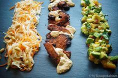 KNUSPERKABINETT: Saté Tempeh mit asiatischem Kohlsalat und marinierter Avocado Tempeh, Tofu, Avocado, Yummy Healthy Snacks, Some Recipe, Vegan Foods, Kale, Sprouts, Broccoli