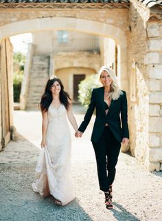 House of Ollichon loves.Stunning Mrs and Mrs lesbian bridal style! Intimate Wedding Inspiration in the South of France. Lgbt Wedding, Wedding Suits, Wedding Attire, Wedding Dresses, Lesbian Wedding Photos, Wedding Portraits, Wedding Bride, Cute Lesbian Couples, Vintage Mode