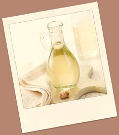 Vinagre mata 99% das bactérias, 82% dos fungos (mofo) e 80% dos germes.Em utensílios de madeira, (colheres de pau, tábuas, geladeira, freezer e no microondas) coloque um pouco de vinagre branco em um frasco spray. Pulverize sobre a área mofada, e deixe agir sem enxaguar. Bom manter uma garrafa de spray de vinagre em sua cozinha para limpar tábuas de corte de alimentos. Na Lavanderia: espere a máquina de lavar encher e adicione à água uma xícara de chá de vinagre puro; borrife nas manchas.