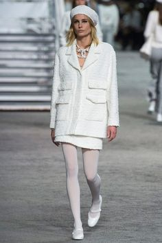 Find tips and tricks, amazing ideas for Chanel resort. Discover and try out new things about Chanel resort site Chanel Resort, Chanel Cruise, Dress Chanel, Chanel Outfit, Chanel Jacket, Fashion Mode, Couture Fashion, Runway Fashion, Womens Fashion