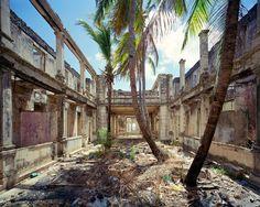 Ausgebeutet, ausgehöhlt:  Im alten Kolonialviertel von Diego Suarez im Norden von Madagaskar steht nur noch die Hülle des früheren Hôtel de la Marine, zuvor Hôtel des Mines, einst eine der nobelsten Herbergen vor Ort, erbaut um 1920.