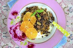 Gluteeniton mysli viimeistellään mehiläisen siitepölyllä ja kaakaonibseillä.