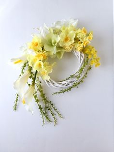 ミモザとカラーの春らしいリースですお部屋のインテリアやプレゼントにプレゼントはペーパー・セロファンとリボンでラッピングいたします花材:アーティフィシャルフラワーのミモザ・カラー・水仙・紫陽花・グリーンネックレス・マム・ラン・シダ・ファンなど サイズ : 約40cm×29cm×9cm