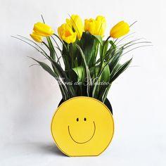 Divertidos y optimistas tulipanes en base Smile. Perfecto arreglo floral para alegrar el día de esa persona tan especial.   Recomendado para todo tipo de ocasión !   Realizado con 10 tulipanes holandeses follajes seleccionados, base de madera smile doble vista.    Dimensiones: Base de 23cm diámetro, con flores 40cm altura aproximada. Beautiful Flowers Images, Flower Images, Container Flowers, Happy Spring, Mellow Yellow, Gardening Tips, Flower Power, Flower Arrangements, Orchids